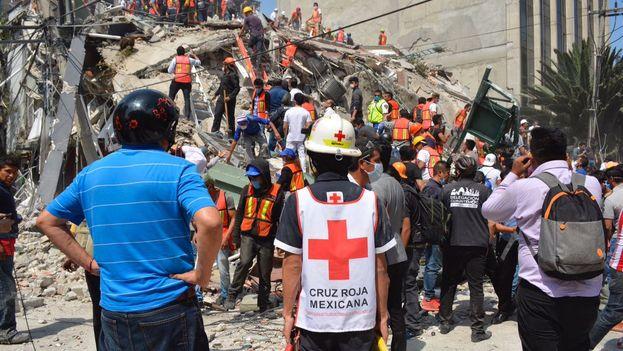 Los equipos de Cruz Roja y paramédicos continúan las labores de rescate. (@CruzRoja_MX)