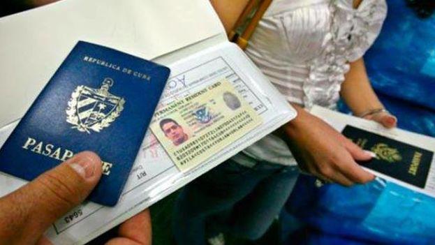"""Cuba exige a sus ciudadanos que hayan permanecido más de 24 meses fuera del territorio nacional una """"habilitación"""" del pasaporte para poder regresar a la Isla, incluso de visita. (EFE)"""