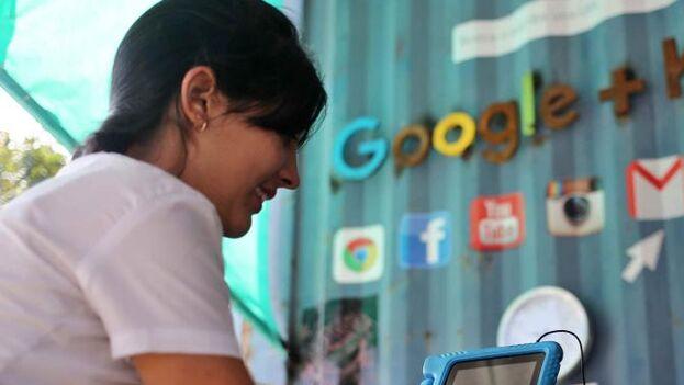 En Cuba los usuarios se conectan a través de una red de wifi en parques o puntos estratégicos de las distintas ciudades. (EFE)