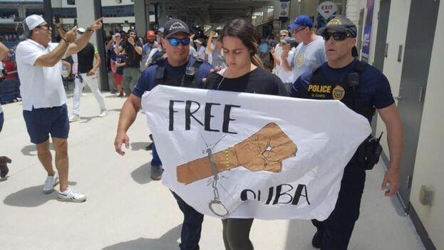 Kiele Alessandra Cabrera fue sacada del estadio de Palm Beach este lunes tras interrumpir el juego entre Cuba y Venezuela.