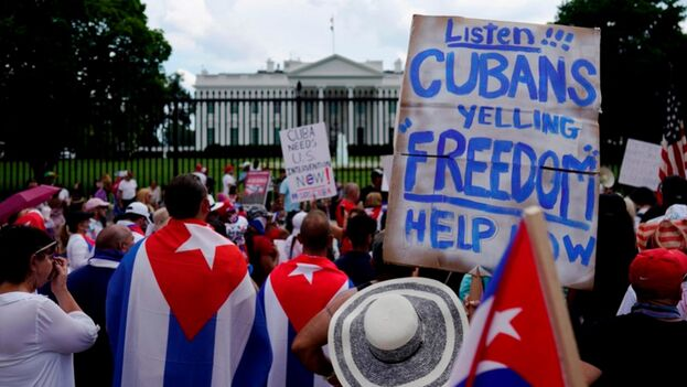 Cubanoamericanos asisten a una manifestación para apoyar las protestas en Cuba frente a la Casa Blanca en Washington, este 17 de julio de 2021. (EFE/EPA/WILL OLIVER)