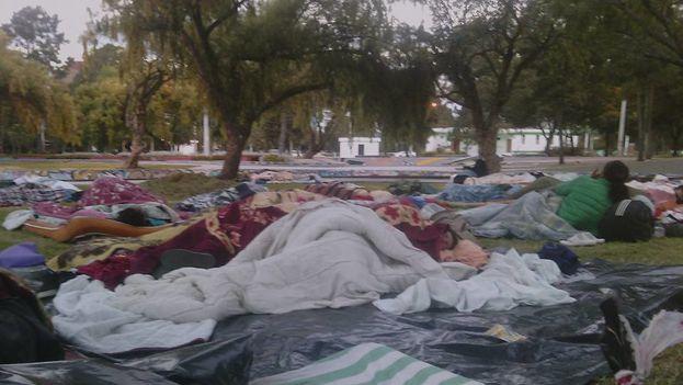 Cubanos en el parque El Arbolito, donde fueron trasladados por las autoridades de Quito. (14ymedio)