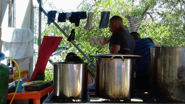 Cubanos varados en Colombia se alimentan gracias a la generosidad popular (cortesía)