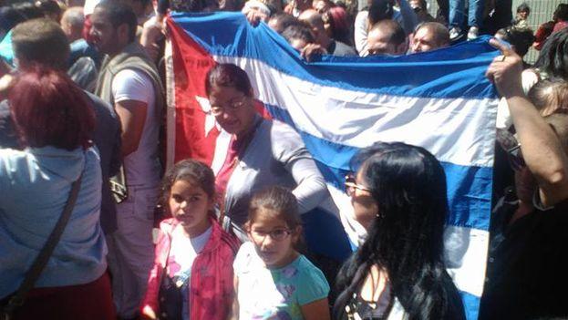 Cubanos manifestándose ante la embajada de EE UU en Quito, Ecuador, este viernes. (14ymedio)