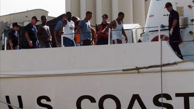 Cubanos rescatados en embarcaciones por la Guardia Costera de Estados Unidos. (EFE)