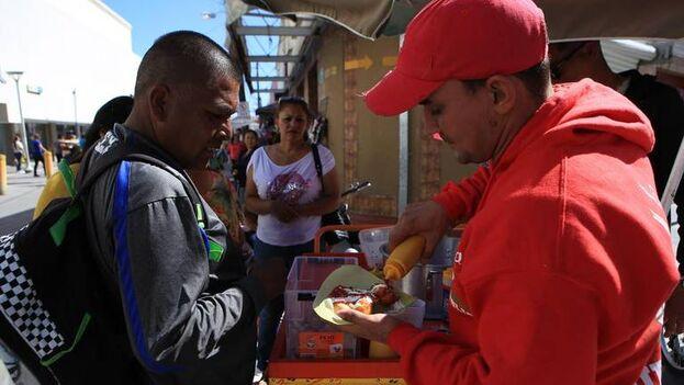 Cubanos vendiendo elotes en la fronteriza Ciudad Juárez, México, en 2019. (EFE/Luis Torres)