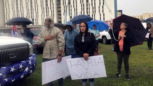 Cubanos en el parque Tamiami en Miami, Florida, en un acto de apoyo a las protestas del domingo en Cuba y en memoria de las 37 víctimas del hundimiento del remolcador '13 de Marzo'. (EFE/Jorge Ignacio Pérez)