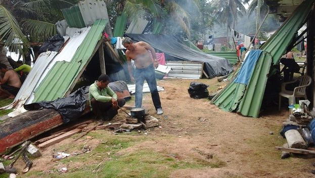 Cubanos en el campamento de La Miel, Panamá. (Cortesía a 14ymedio)