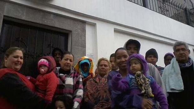 Cubanos que desde el sábado están durmiendo frente a la embajada de México en Quito. (14ymedio)