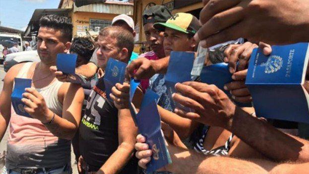 Cubanos mostrando sus pasaportes en la frontera chilena. (Captura)