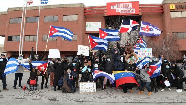 Cubanos protestando en la puerta de Le Journal de Montréal.