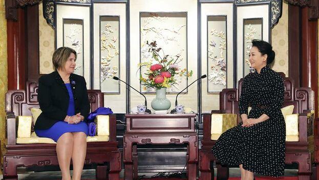 Lis Cuesta y Peng Liyuan quisieron dejar patentes los lazos diplomáticos entre sus países. (Xinhua/Ding Lin)