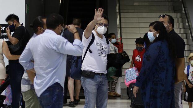 El periodista mexicano Daniel Lizárraga, editor de 'El Faro', salió este jueves de El Salvador en el plazo que le ordenó el Gobierno de Bukele tras negarle un permiso de trabajo y la residencia temporal. (EFE/Rodrigo Sura)