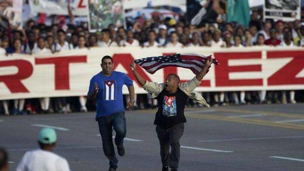 Daniel Llorente en el momento en que fue detenido tras su protesta el pasado 1 de mayo. (EFE)