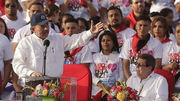 Daniel Ortega, junto a Bruno Rodríguez, en la celebración del 39 aniversario de la revolución sandinista. (EFE/Rodrigo Sura)