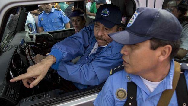 Daniel Ortega dirige a un policía durante su llegada a Masaya, para conmemorar el 39 aniversario del repliegue donde fue recibido solo por policías y la gente que llevó de Managua. Los masayas les cerraron las puertas. (EFE)