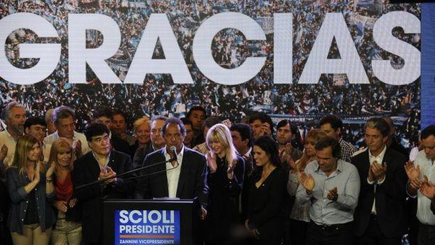 Daniel Scioli agradece a sus votantes la confianza tras conocerse los resultados que otorgan la victoria a su oponente, Mauricio Macri. (@danielscioli)