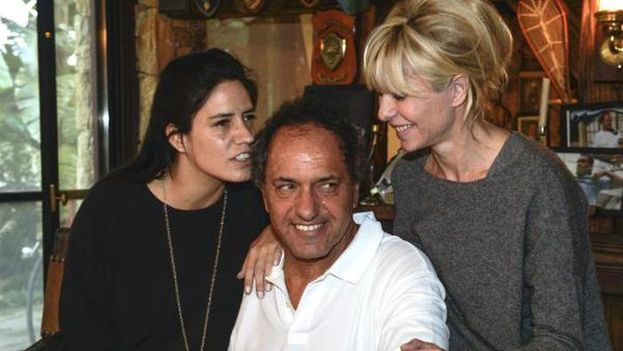 Daniel Sciolli publicó en Twitter esta imagen a la espera de los resultados electorales junto a su familia. (@danielscioli)
