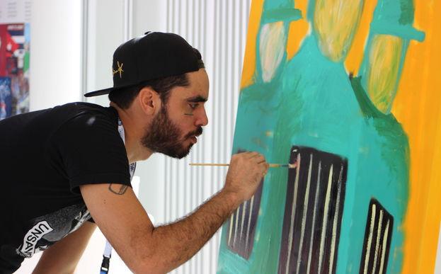 Danilo Maldonado, 'El Sexto', pinta su obra 'Los descarados' en el Cuba Internet Freedom. (14ymedio)