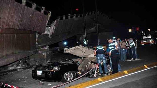 Daños en un puente y un auto en la ciudad de Guayaquil, Ecuador. (EFE)