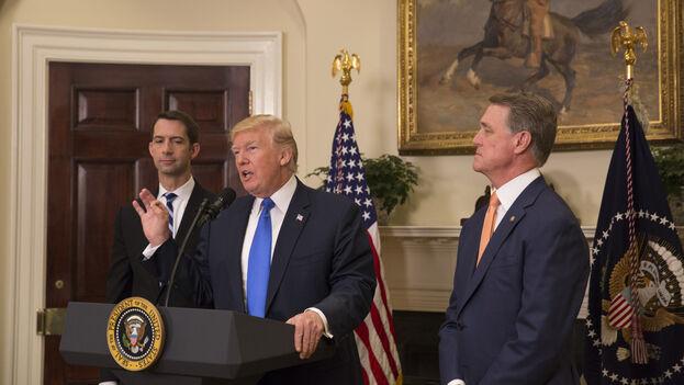 David Perdue, a la izquierda de Donald Trump, cree que los republicanos puede atraer al menos a un par de demócratas que voten por la absolución del presidente. (CC)