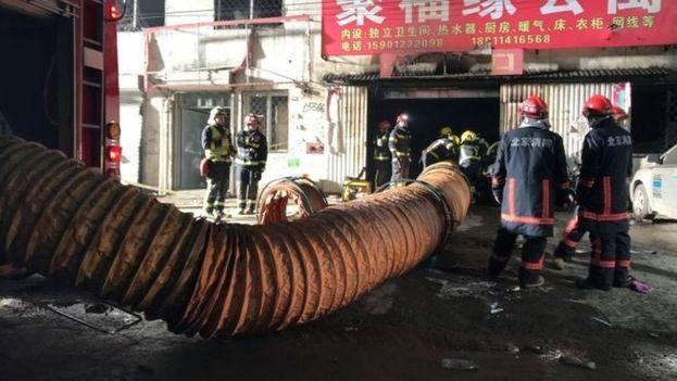 Un incendio en el distrito de Daxing originó la expulsión de miles de sus habitantes, migrantes en gran parte, hasta dejar desértica la zona. (Xinhua)