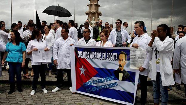 Decenas de médicos cubanos manifestándose este sábado en la Plaza de Banderas, al sur de Bogotá. (EFE/ Leonardo Muñoz)