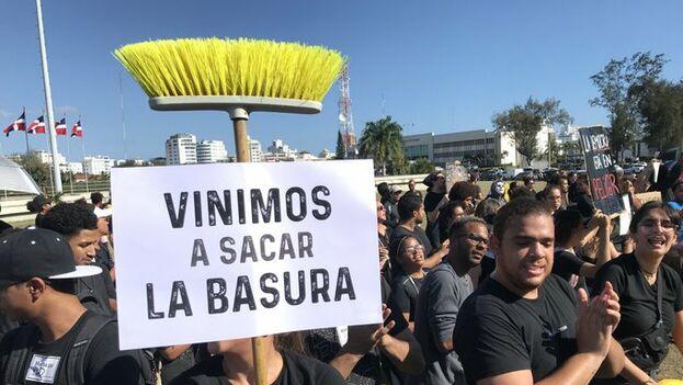 Decenas de personas se acercaron a protestar ante la Junta Central Electoral en Santo Domingo. (Diario Libre)