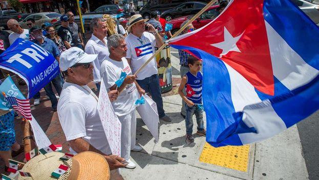Decenas de personas se manifiestan con carteles y banderas cubanas, en el corazón de la Pequeña Habana,en la ciudad de Miami. (EFE)