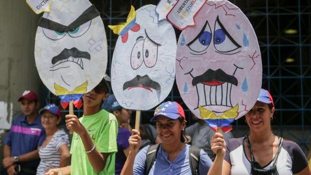 Decenas de miles de personas han salido a las calles en Venezuela para pedir la salida de Maduro y su Gobierno. (EFE)