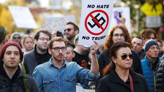 Decenas de personas se manifestaron contra la visita de Trump a la sinagoga atacada el pasado sábado en Pittsburgh. (EFE)