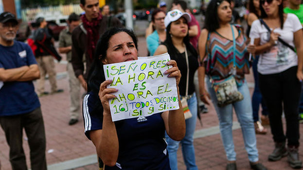 Decenas de simpatizantes de la oposición se concentran este domingo a favor de la consulta popular convocada para este domingo, en Caracas. (EFE)