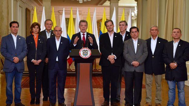 Declaración institucional de Juan Manuel Santos tras conocerse la victoria por la mínima del NO. (@JuanManSantos)