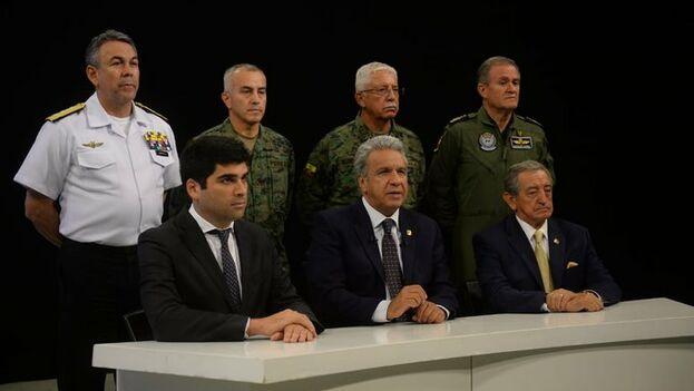 Moreno apareció junto al vicepresidente, el ministro de Defensa y el alto mando de las Fuerzas Armadas para anunciar el traslado del Gobierno a Guayaquil. (Presidencia Ecuador)