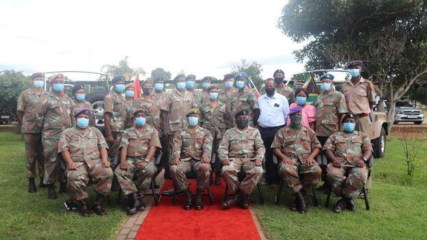 El general de Defensa Mzikayise Tyhalisi posa con un grupo de soldados sudafricanos. (SANDF)