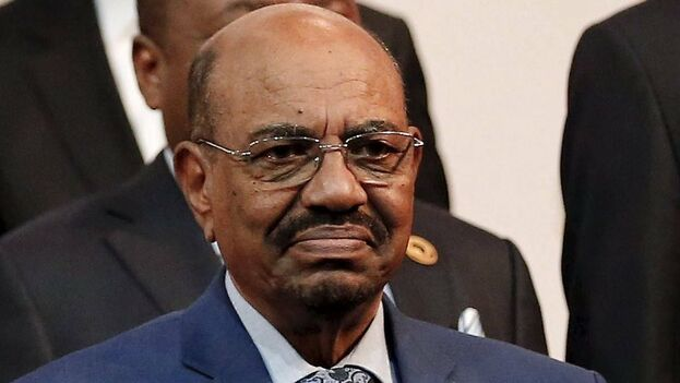 """El ministro de Defensa de Sudán, el general Awad Ibn Auf, anunció que Al Bashir está detenido """"en un lugar seguro"""". (elindependiente.news)"""