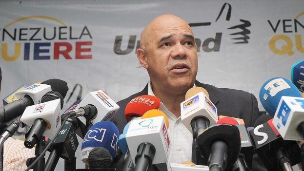 """El secretario ejecutivo de la Mesa de Unidad Democrática (MUD) Jesús """"Chuo"""" Torrealba, durante una rueda de prensa el 15 de septiembre, en Caracas (Foto EFE)"""