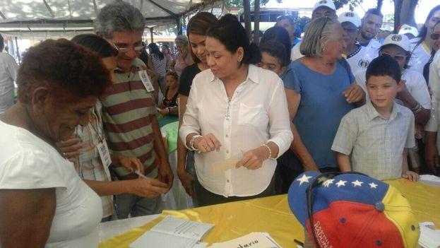 Dennis Fernández, candidata de la oposición, votando ayer en las elecciones primarias. (@unidadvenezuela)