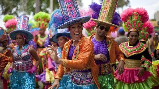 Derroche de color y fantasía en el cierre del carnaval dominicano Miembros de una comparsa participan del Desfile Nacional de Carnaval. (EFE)