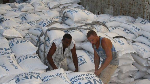 Descarga de ayuda del Programa Mundial de Alimentos en Cuba tras el paso de Irma. (EFE)