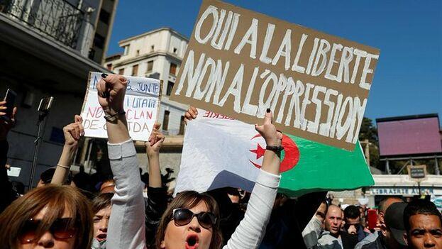 Después de dos semanas de protestas, las manifestaciones contra Buteflika no paran en Argelia, aunque el presidente sigue queriendo ostentar el poder. (EFE)