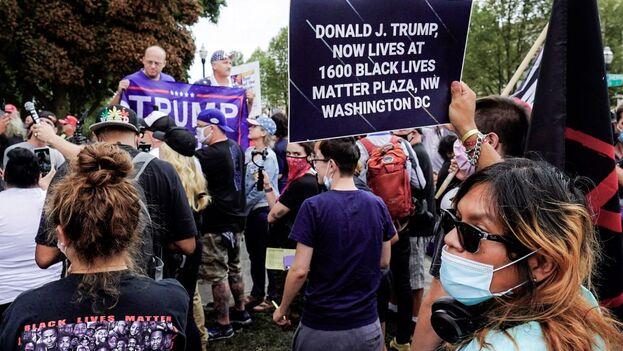 Detractores y seguidores de Trump frente a frente en Kenosha este martes. (EFE)
