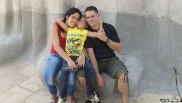 La doctora Dianelys San Roman Parrado junto a su familia. (Martí Noticias)