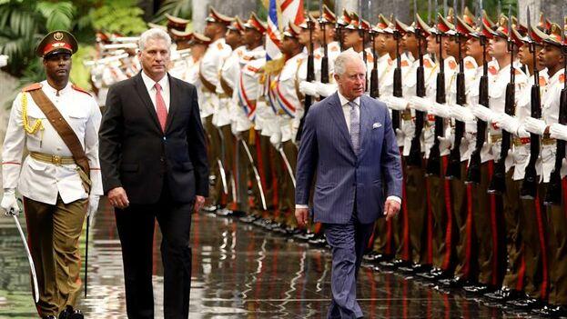 Miguel Díaz-Cane con el príncipe Carlos de Inglaterra en el Palacio de la Revolución. (EFE/Ernesto Mastrascusa)