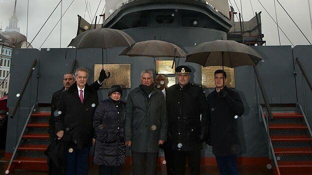 Díaz-Canel visitó el legendario crucero 'Aurora', convertido en buque museo y cuyo cañonazo dio comienzo a la Revolución Bolchevique en 1917. (presidencia Cuba)