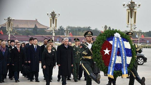 Díaz-Canel realizó una ofrenda floral en el Monumento de los Héroes del Pueblo en la Plaza de Tiananmén. (EFE)