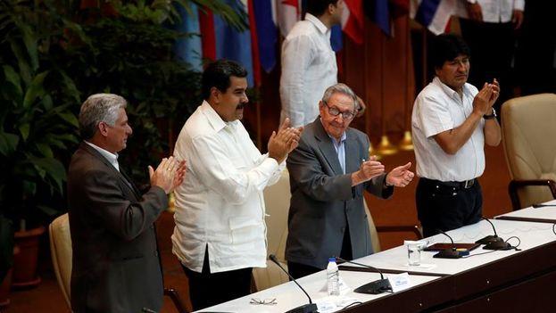 Miguel Díaz-Canel, Nicolás Maduro, Raúl Castro y Evo Morales en lugar preferente durante la clausura del Foro Sao Paulo. (EFE/Ernesto Mastrascusa)
