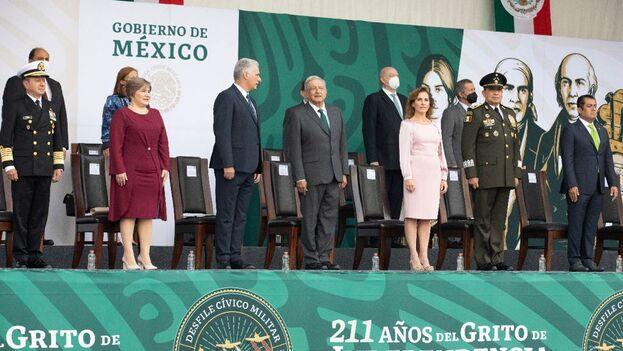 Miguel Díaz-Canel y Andrés Manuel López Obrador, durante el desfile por la Independencia de México. (Presidencia de la República)