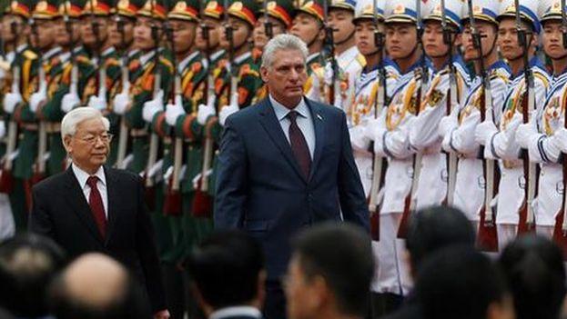 Miguel Díaz-Canel junto a su homólogo de Vietnam y secretario general del Partido Comunista, Nguyen Phu Trong. (EFE)
