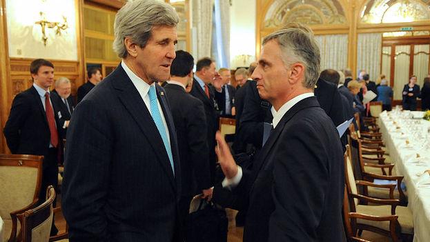 Didier Burkhalter junto a John Kerry en un encuentro e Suiza en 2014. (State Department)